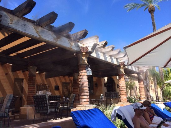 Royal Palms Resort and Spa: The pool has cooling misting system, perfect on those sunny 107 degree days