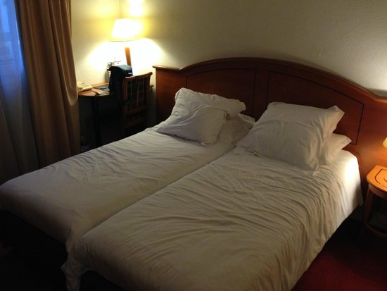BEST WESTERN Hotel Eiffel Cambronne: Our twin room faced the street but was very quiet.