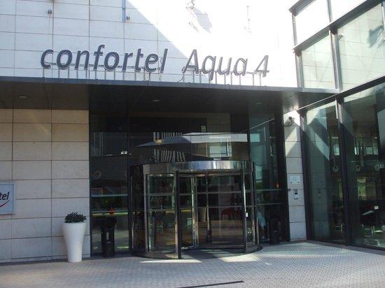 ILUNION Aqua 4: Entrada al hotel desde el centro comercial