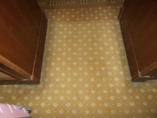 The Westin Excelsior, Rome: worn and dirty carpet look at the edges
