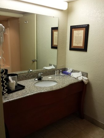 Baymont Inn & Suites Pigeon Forge: sink