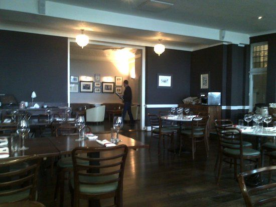 Merchants Manor: Restaurant Area during Breakfast and reading the sunday papers!