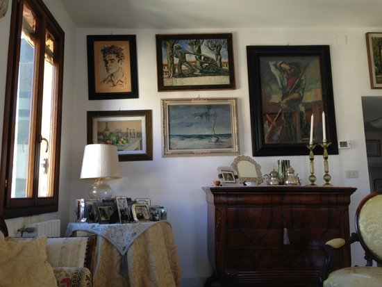Sandra B&B: Artwork in the living area