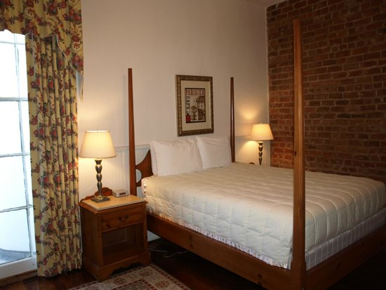 Prytania Park: Historic Victorian, Old World Charm Queen Room
