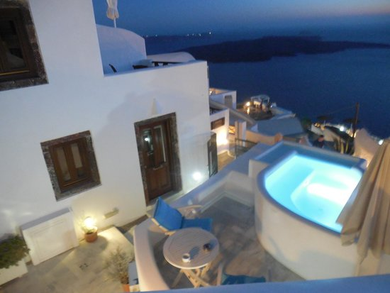 Mirabo Luxury Villas : view of the hotel coming down the stairs