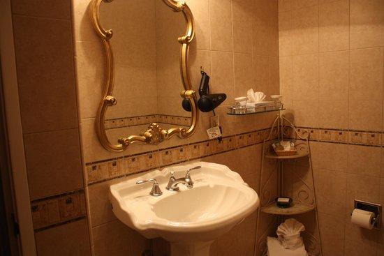 The Eagle Inn: Beautiful fixtures in the bathroom