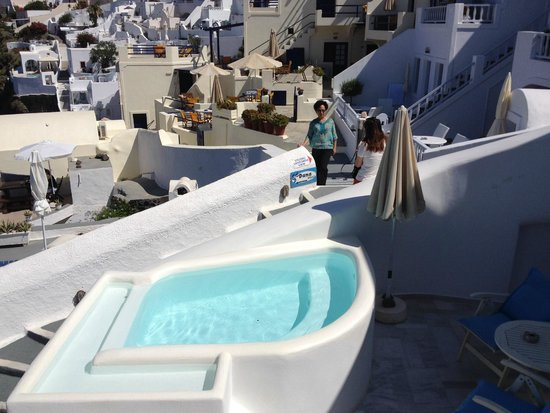Mirabo Luxury Villas: jacuzzi and area behind it