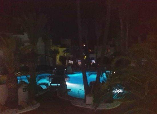 Apartamentos Golf Center Pueblo: piscina de noche desde el balcón