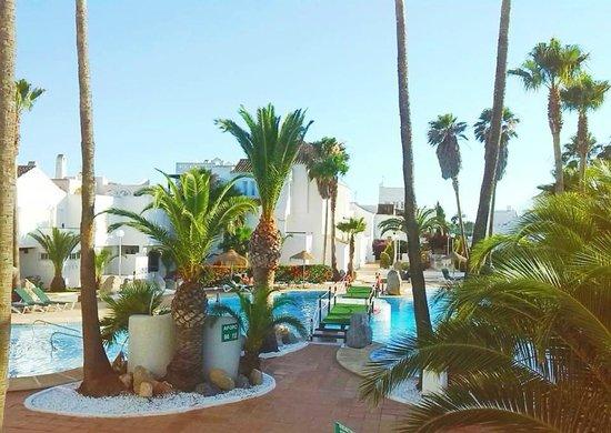 Apartamentos Golf Center Pueblo: piscina desde el balcón