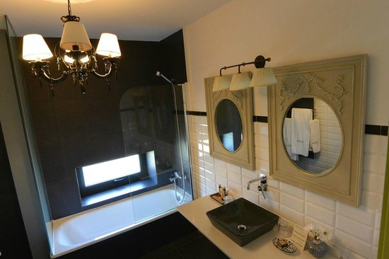 Hotel Quinta de San Amaro: Bathroom in standard room at Quinta de San Amaro.
