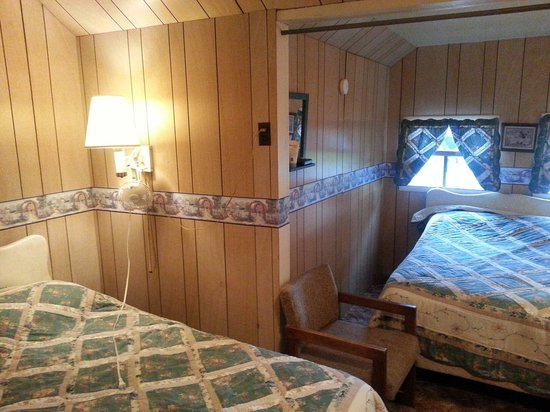Pinehurst Motel and Cottages: 2 doubles in cabin 23