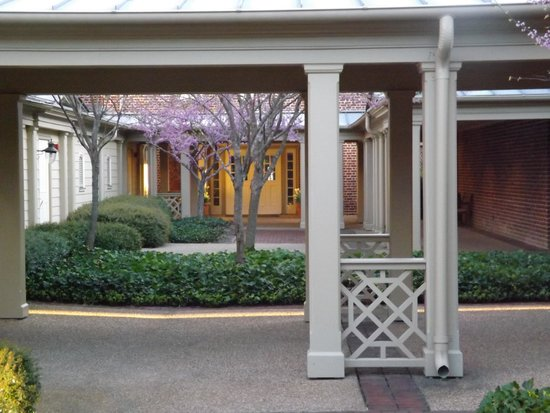 Williamsburg Lodge, Autograph Collection: Shady courtyards