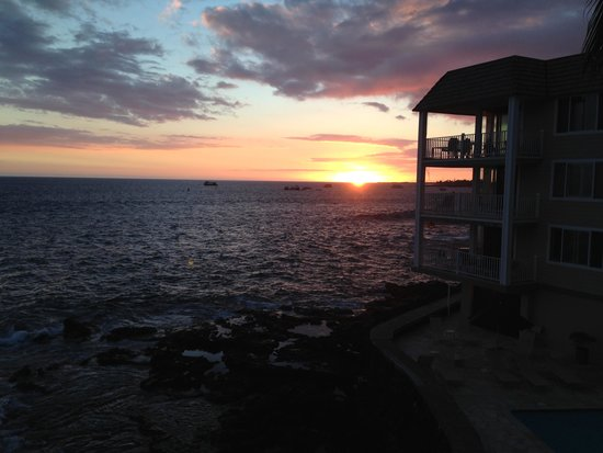 Hale Kona Kai Condominiums : Sunset from lanai, Unit 305