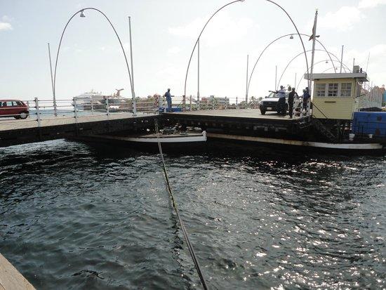 """Queen Emma Pontoon Bridge: Ponte """"abrindo"""" o fluxo para barcos"""