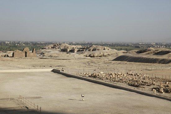 Totentempel der Hatschepsut im Deir-el-Bahari-Tal: vy över tempelområdet