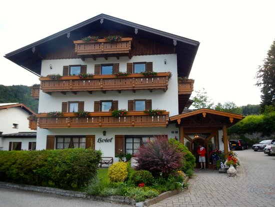 """Alpenhotel """"garni"""" Weiherbach: Front of the hotel"""