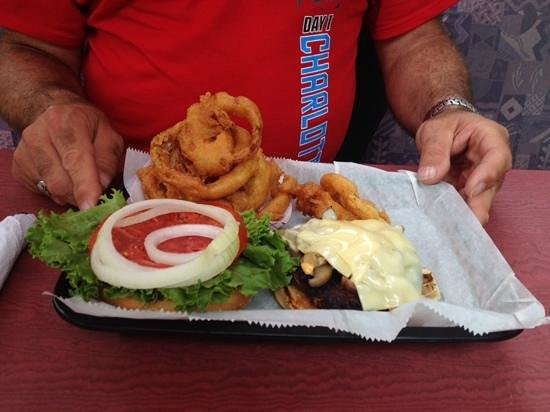 Riverwatch Bar & Grill: Great onion rings and burger!