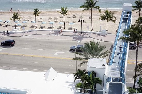 The Westin Beach Resort, Fort Lauderdale: Walkway to the Beach & A1A