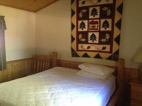 Gate Creek Cabins : Large bedroom