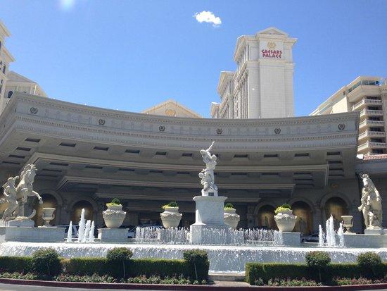 Caesars Palace: Vista. da frente do hotel