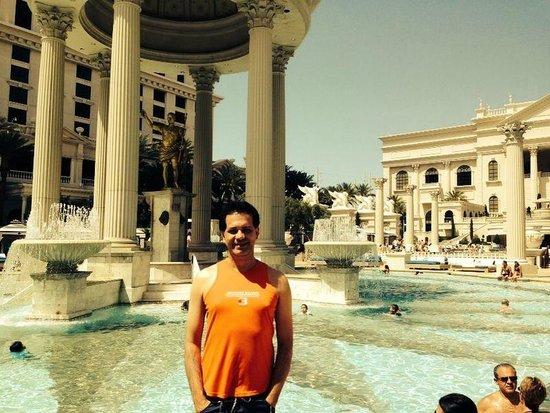 Caesars Palace: Na piscina do hotel, a água estava bem quentinha, kkk.