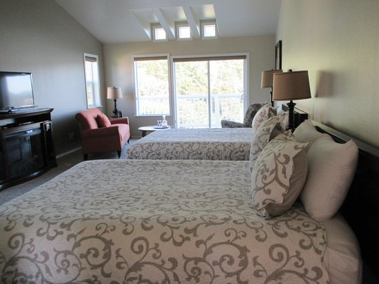 Inn at Arch Rock: New unit with 2 queen beds, balcony and fireplace