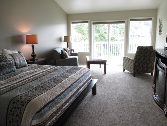 Inn at Arch Rock: 2nd floor unit with king bed & balcony