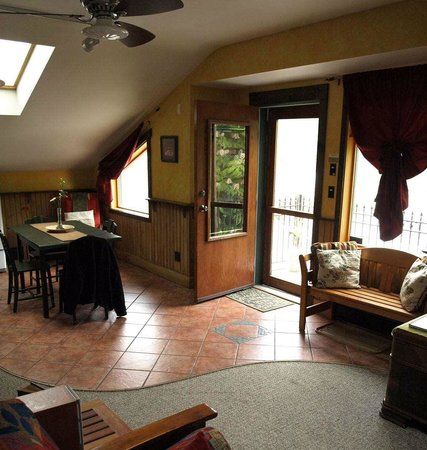 Mistiso's Place Vacation Rentals: Kitchen, eating area in Kokanee Suite