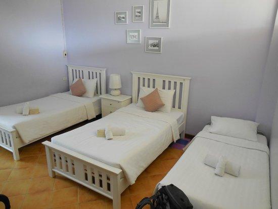 Feung Nakorn Balcony Rooms & Cafe: Zimmer mit Extra-bett (spontan eingerichtet)