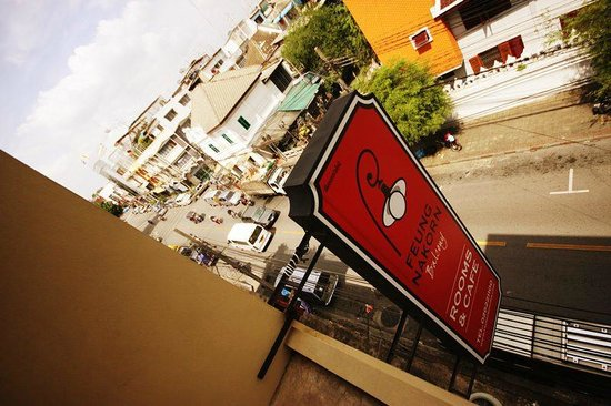 Feung Nakorn Balcony Rooms & Cafe : Von der Webseite...von der Straße gut zu sehen