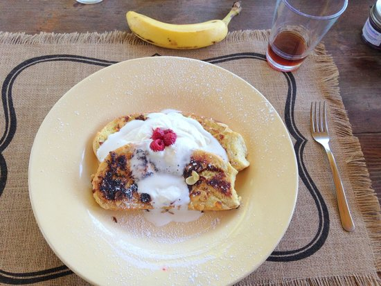 Enthusiastic Spirits Guest House and B&B: Yummy french toast made by our host, Carl