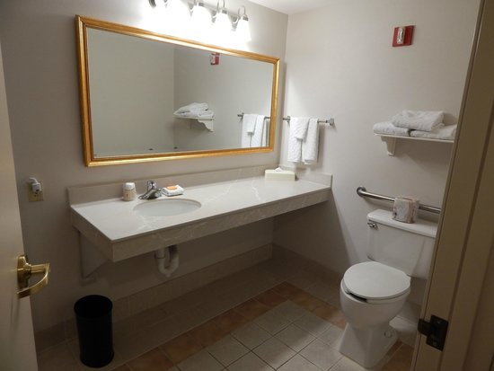 ‪‪La Quinta Inn & Suites Madison American Center‬: Bathroom - Accessible Two Room One Full Suite w/Sleeper‬