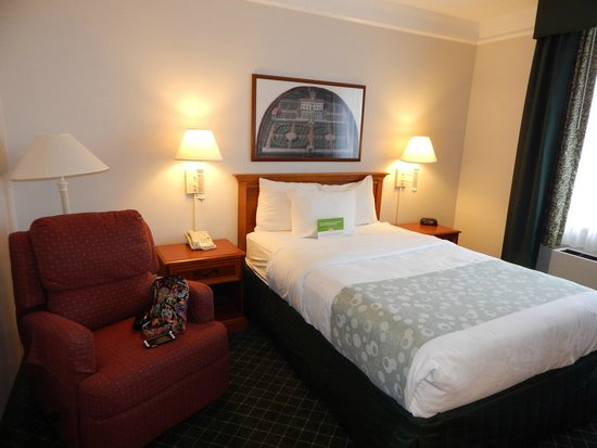 La Quinta Inn & Suites Madison American Center: Bedroom - Accessible Two Room One Full Suite w/Sleeper