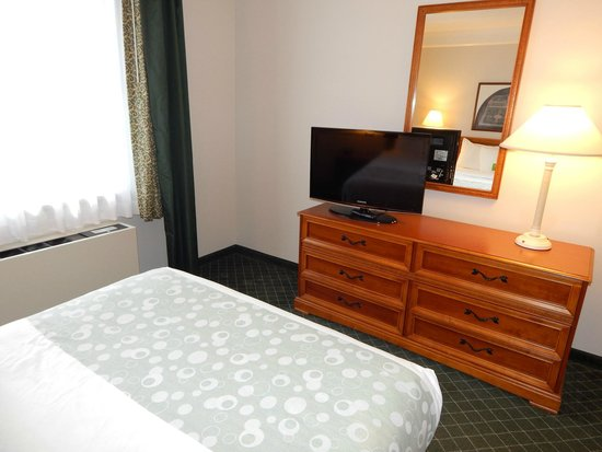 La Quinta Inn & Suites Madison American Center : Bedroom - Accessible Two Room One Full Suite w/Sleeper