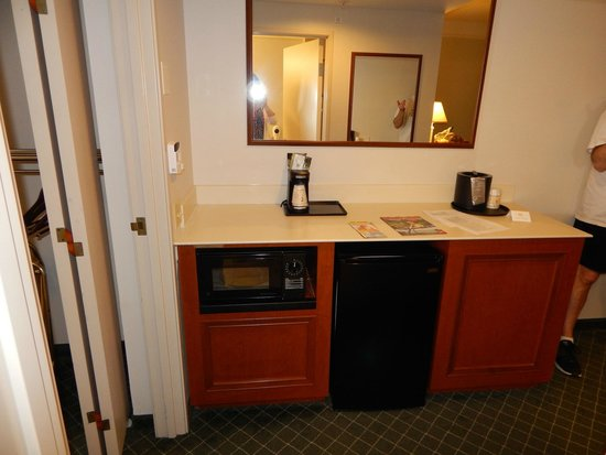 La Quinta Inn & Suites Madison American Center : Fridge/Microwave - Accessible Two Room One Full Suite w/Sleeper