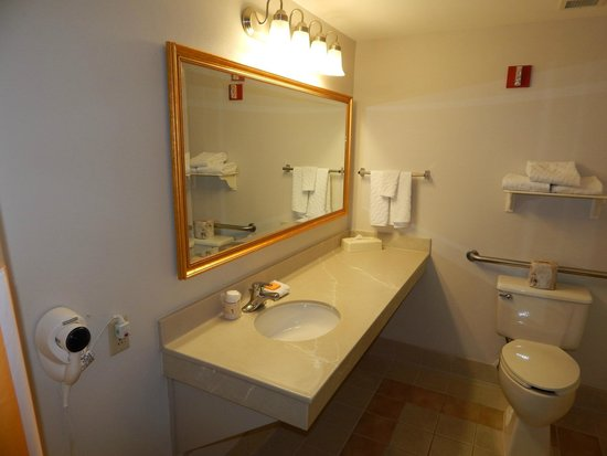 La Quinta Inn & Suites Madison American Center: Bathroom - Accessible Two Room One Full Suite w/Sleeper