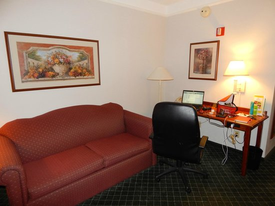 La Quinta Inn & Suites Madison American Center: Living Room/Sleeper Sofa - Accessible Two Room One Full Suite w/Sleeper