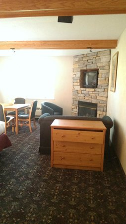 Sawmill Creek Resort : Sitting area with gas fireplace and TV above; also, the room's one dresser