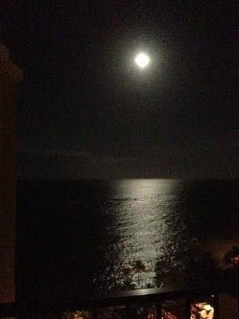 Waikiki Parc Hotel: The June full moon-better than the pic