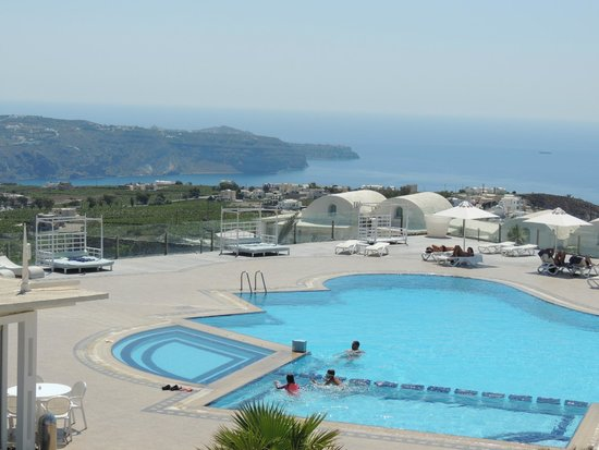 Orizontes Hotel & Villas: Vista de la piscina y del mar desde la habitación