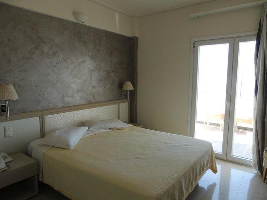 Orizontes Hotel & Villas : Vista del dormitorio con salida al balcon