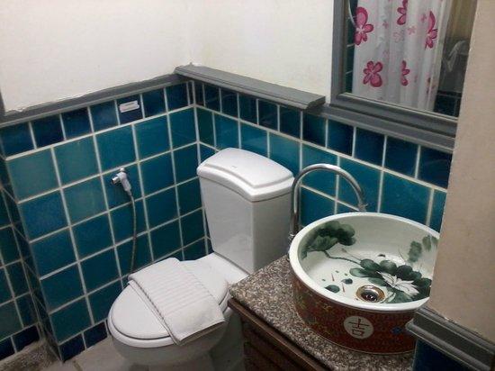 B2 Khamtieng: Bathroom