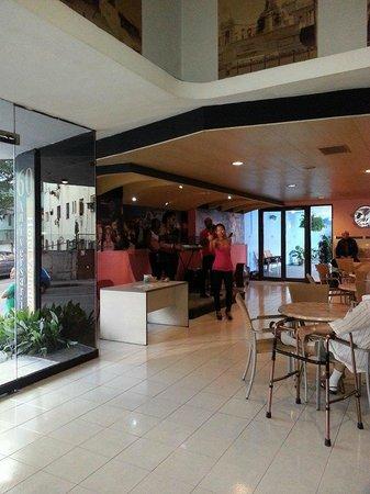 Hotel Vedado: Desde las 7 00 diferentes grupos cada día amenizando el bar