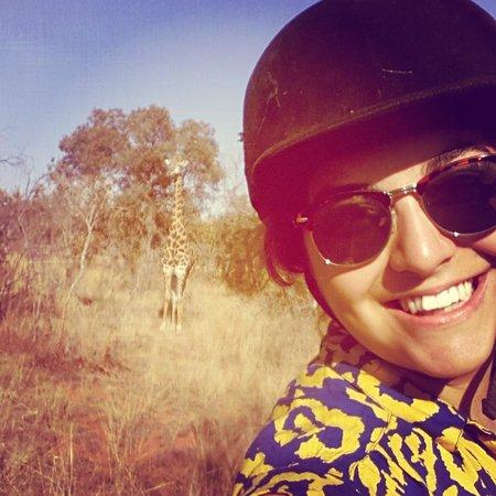 Horizon Horseback Adventures Lodge: giraffe selfie!