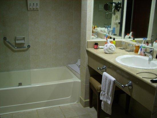 Occidental Caribe: salle de bains avec decoration serviette poule