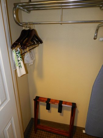 Wingate By Wyndham Champaign: Closet