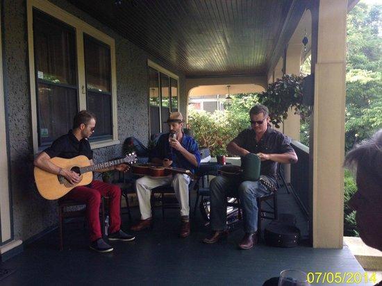 1900 Inn on Montford: Free Saturday night concert on the porch