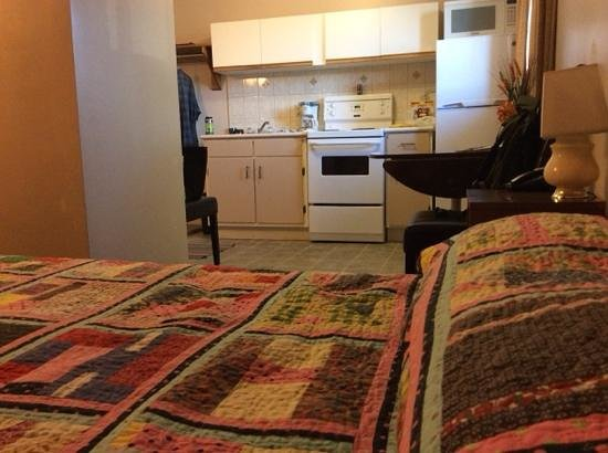 Superior Motel: Queen bed and kitchenette.