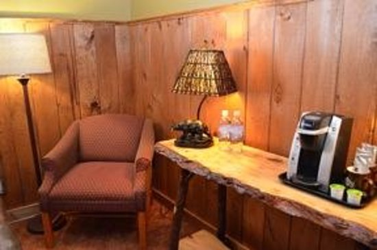 Reid Ridge Lodge: King Suite w/Jacuzzi Bedroom