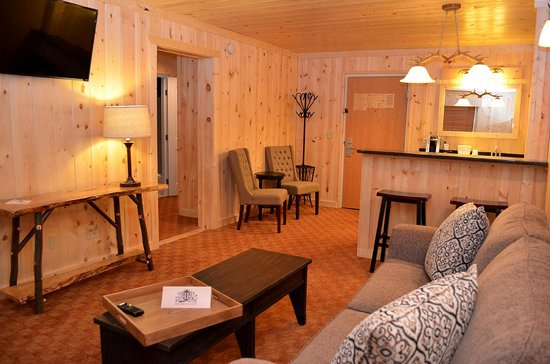 Reid Ridge Lodge: Master Suite Living Room and Wet Bar